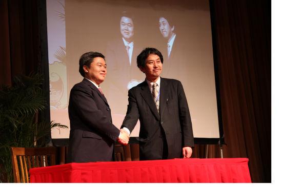 中国传媒大学、日本讲谈社合作签约仪式(左:廖祥忠,右:阿部敬悦)