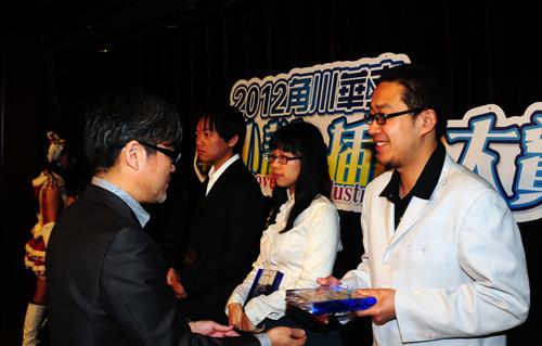 角川书店社长井上伸一郎(左一)为轻小说金赏获得者李庆杨(右一)颁奖