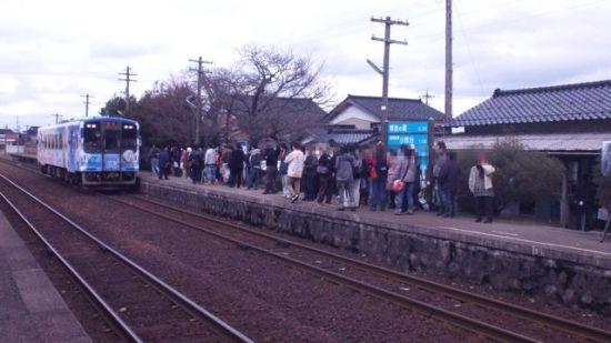 3月24日 下午两点是首班车的开动仪式 有不少喜欢动画的还特地赶来