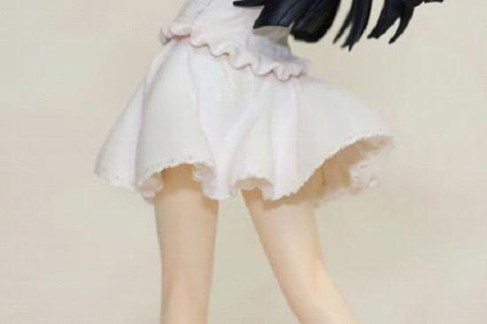 为了避免走光右手向下压裙子,颇具少女感的姿势,让我想起了那张梦露的照片