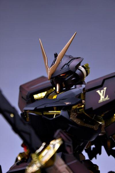 整个机体的配送基本就是黑色+金色的基调,这个和LV本身的商品色调基本一致 不过头上的V字显得更加威武了