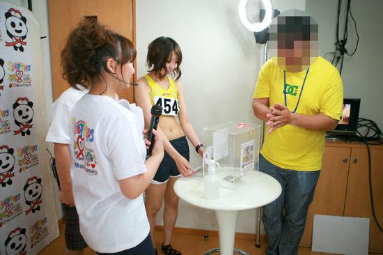 日本举行揉胸募金 捐1000日元巨乳随便揉