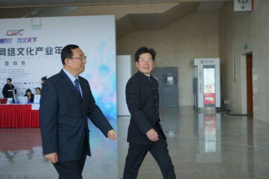 图 02 嘉宾入场(左一:文化部部长雒树刚,右一:中国动漫集团董事长庹祖海)